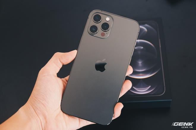 Mở hộp iPhone 12 Pro Max chính hãng VN/A đang khan hiếm hàng trên toàn quốc - Ảnh 8.