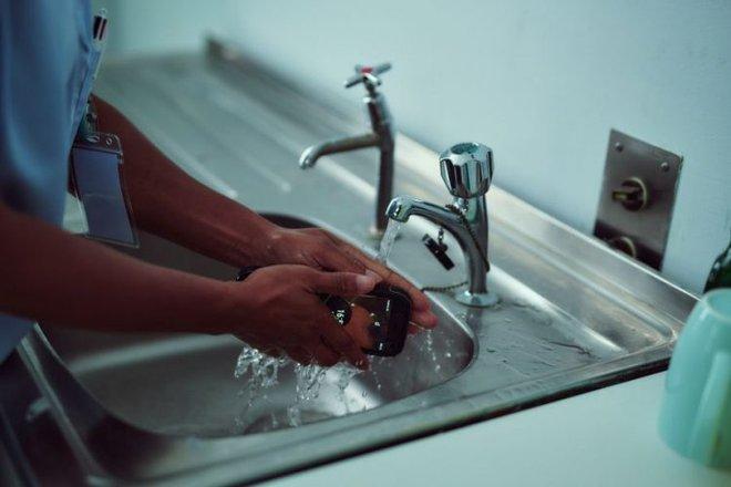 Kháng nước kháng bụi xưa rồi, điện thoại thông minh giờ đây có thể tự kháng khuẩn - Ảnh 1.