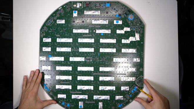 Mổ bụng chảo vệ tinh Đĩa Thị Mặt Mẹt của Starlink: toàn là chip do SpaceX tự sản xuất, có dàn ăng-ten tí hon hướng lên trời tự động dò vệ tinh để bắt sóng - Ảnh 30.