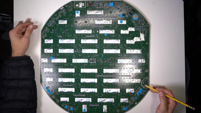 Mổ bụng chảo vệ tinh Đĩa Thị Mặt Mẹt của Starlink: toàn là chip do SpaceX tự sản xuất, có dàn ăng-ten tí hon hướng lên trời tự động dò vệ tinh để bắt sóng - Ảnh 42.