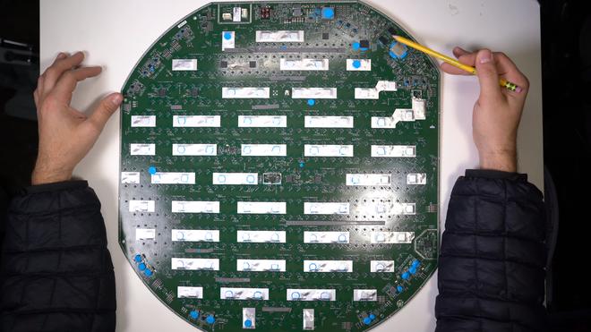 Mổ bụng chảo vệ tinh Đĩa Thị Mặt Mẹt của Starlink: toàn là chip do SpaceX tự sản xuất, có dàn ăng-ten tí hon hướng lên trời tự động dò vệ tinh để bắt sóng - Ảnh 37.