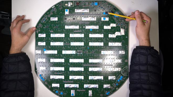 Mổ bụng chảo vệ tinh Đĩa Thị Mặt Mẹt của Starlink: toàn là chip do SpaceX tự sản xuất, có dàn ăng-ten tí hon hướng lên trời tự động dò vệ tinh để bắt sóng - Ảnh 38.