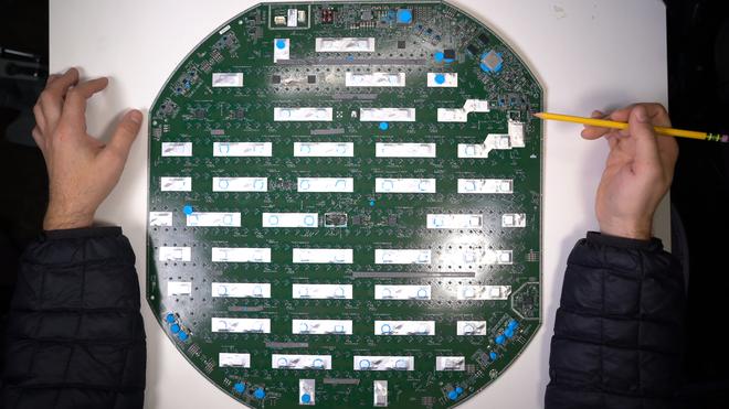 Mổ bụng chảo vệ tinh Đĩa Thị Mặt Mẹt của Starlink: toàn là chip do SpaceX tự sản xuất, có dàn ăng-ten tí hon hướng lên trời tự động dò vệ tinh để bắt sóng - Ảnh 40.