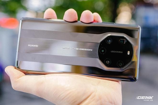 Trên tay Huawei Mate40 Pro và Mate40 RS Porsche Design: Không còn màn hình thác nước, hồi sinh phím volume vật lý - Ảnh 8.