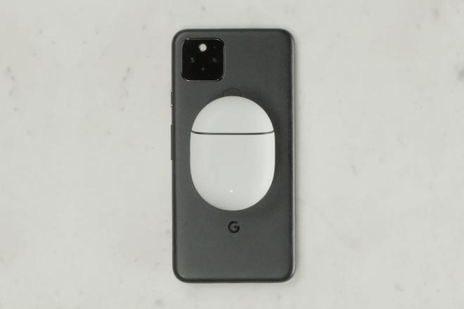 Google Pixel 5 tự động biến thành một chiếc đế sạc không dây khi cắm cáp USB-C - Ảnh 1.