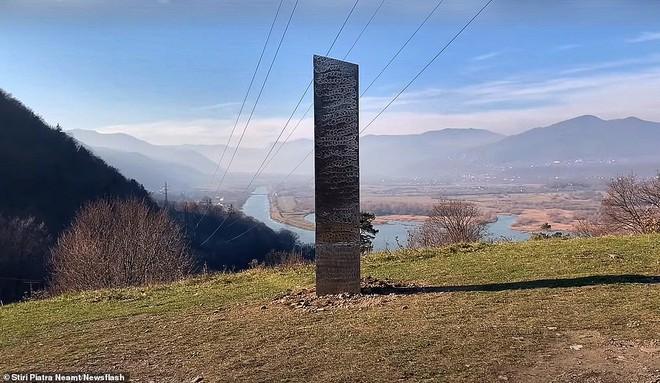 Vừa bốc hơi khỏi sa mạc hoang vu tại Mỹ, cột kim loại bí ẩn tiếp tục lộ diện ở Romania - Ảnh 1.