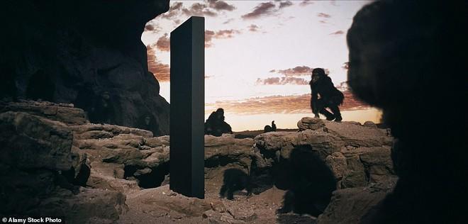 Vừa bốc hơi khỏi sa mạc hoang vu tại Mỹ, cột kim loại bí ẩn tiếp tục lộ diện ở Romania - Ảnh 3.