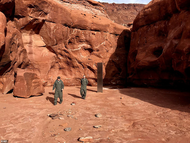 Vừa bốc hơi khỏi sa mạc hoang vu tại Mỹ, cột kim loại bí ẩn tiếp tục lộ diện ở Romania - Ảnh 2.