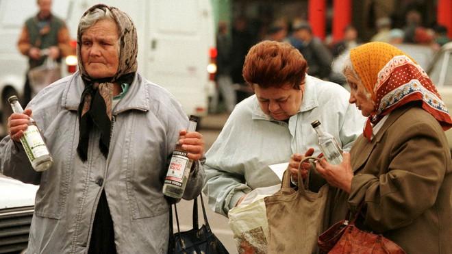 Người Nga phẫn nộ vì bị yêu cầu không uống rượu trong 2 tháng sau khi tiêm vắc-xin COVID-19 - Ảnh 2.