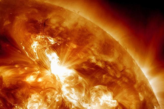 Một cơn bão Mặt Trời khổng lồ đang di chuyển đến Trái Đất vào hôm nay - Ảnh 1.