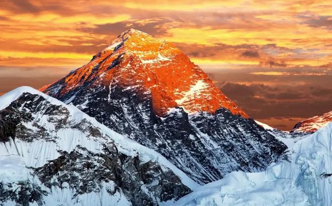 Trung Quốc và Nepal thống nhất cách đo, xác nhận đỉnh Everest cao thêm 0,6 mét so với trước đây. - Ảnh 1.