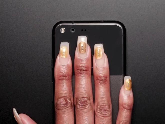 Tiệm làm móng ở Dubai giới thiệu vi chip gắn trên móng tay có chức năng lưu trữ dữ liệu - Ảnh 1.