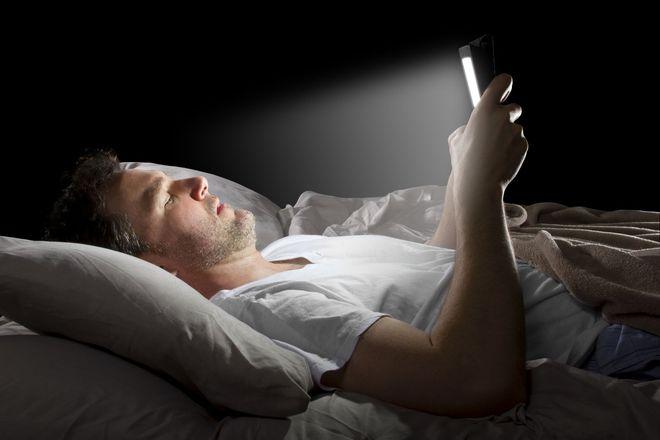 Giải oan cho ánh sáng xanh: Nó có khiến bạn mỏi mắt, mất ngủ hay tổn thương võng mạc không? - Ảnh 3.