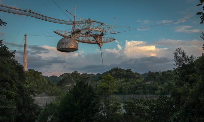 Chưa kịp tháo dỡ, kính viễn vọng khổng lồ của Đài quan sát Arecibo đã sập - Ảnh 2.