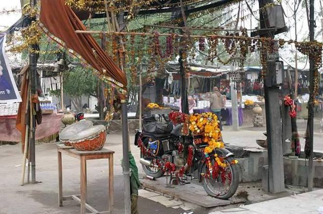 Chiếc xe máy cũ được tôn thờ như một vị thần ở Ấn Độ - Ảnh 2.