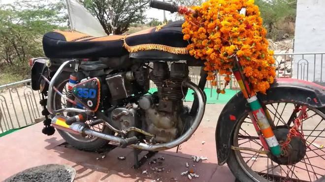 Chiếc xe máy cũ được tôn thờ như một vị thần ở Ấn Độ - Ảnh 1.
