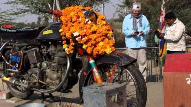 Chiếc xe máy cũ được tôn thờ như một vị thần ở Ấn Độ - Ảnh 3.