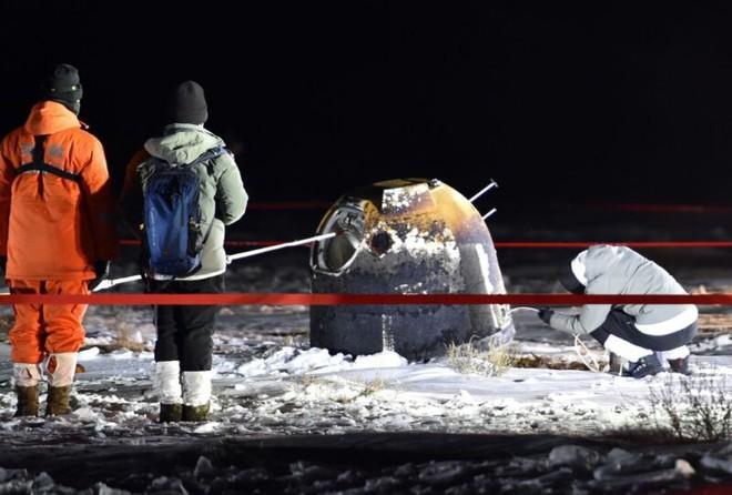Trung Quốc thu được 2kg đá Mặt Trăng sau sứ mệnh thành công, nhưng sẽ không chia được cho Mỹ viên nào do luật lệ ngăn cấm - Ảnh 1.