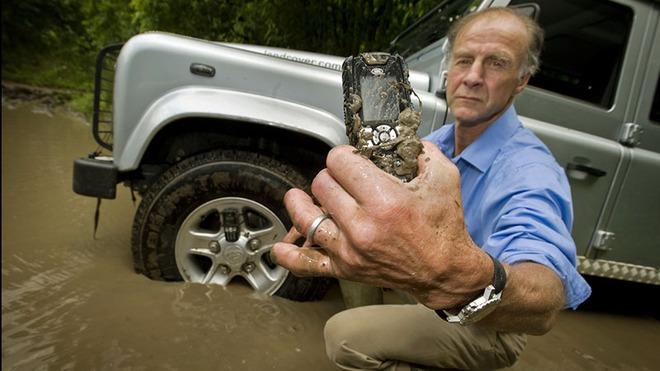 Những thương hiệu xe hơi nổi tiếng bẻ lái vô thị trường điện thoại - Ảnh 6.