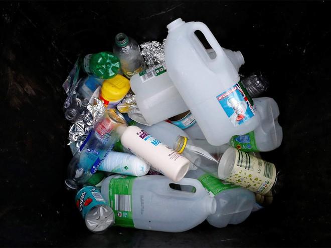 Nhựa chứa 144 hợp chất làm rối loạn hormone và chúng sẽ gây hại cho nhiều thế hệ - Ảnh 1.