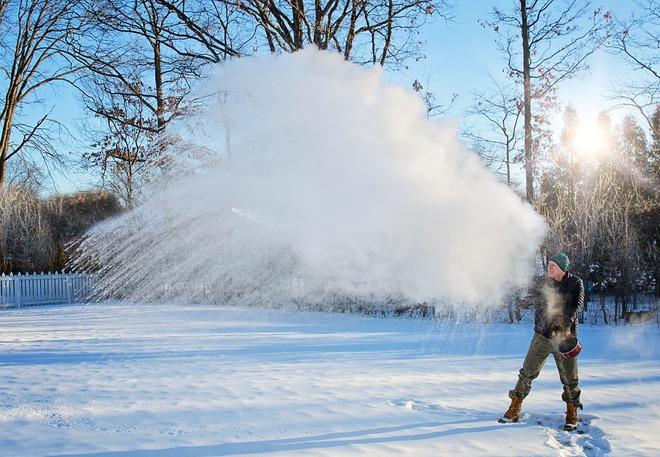 Vì sao nước sôi bị đóng băng trong tích tắc khi hắt lên trời giữa nền nhiệt -44 độ C? - Ảnh 3.