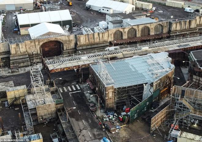 Mời bạn tham quan phim trường The Batman: Hoá ra thành phố Gotham được tạo ra công phu như thế này đây - Ảnh 3.