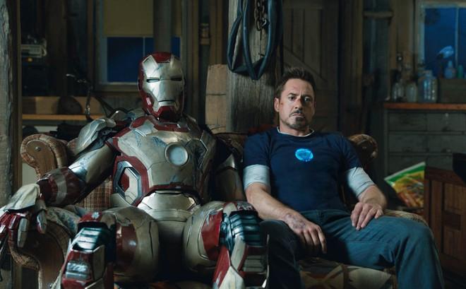 Fan bất ngờ khai quật bức ảnh lịch sử của MCU: Robert Downey Jr. lần đầu tiên đội thử chiếc mũ giáp trên phim trường Iron Man - Ảnh 1.