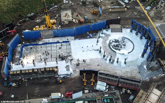 Mời bạn tham quan phim trường The Batman: Hoá ra thành phố Gotham được tạo ra công phu như thế này đây - Ảnh 7.