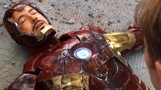Fan bất ngờ khai quật bức ảnh lịch sử của MCU: Robert Downey Jr. lần đầu tiên đội thử chiếc mũ giáp trên phim trường Iron Man - Ảnh 3.