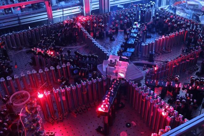 """Đây là cách các nhà nghiên cứu Trung Quốc dùng laser tạo ra máy tính lượng tử quang học giải """"bài toán 2,6 tỷ năm"""" trong 4 phút - Ảnh 4."""