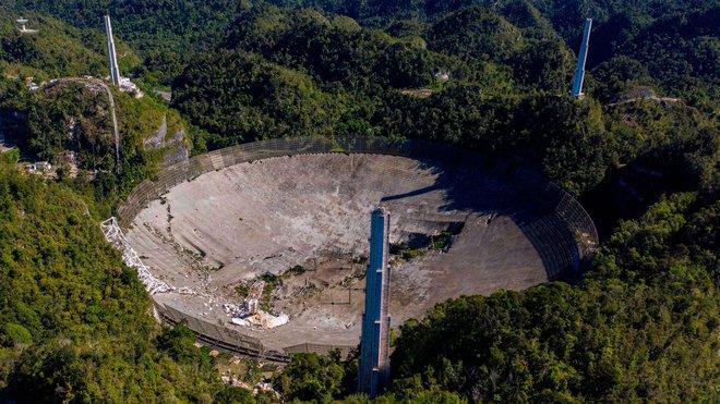 Hai góc máy cho thấy toàn cảnh vụ việc sập đài thiên văn Arecibo diễn ra cách đây không lâu - Ảnh 1.