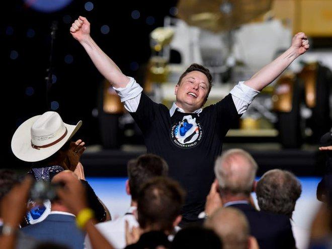 Elon Musk: Tôi sẽ vào vũ trụ sau 2-3 năm nữa và muốn được chôn trên sao Hỏa sau khi chết - Ảnh 1.