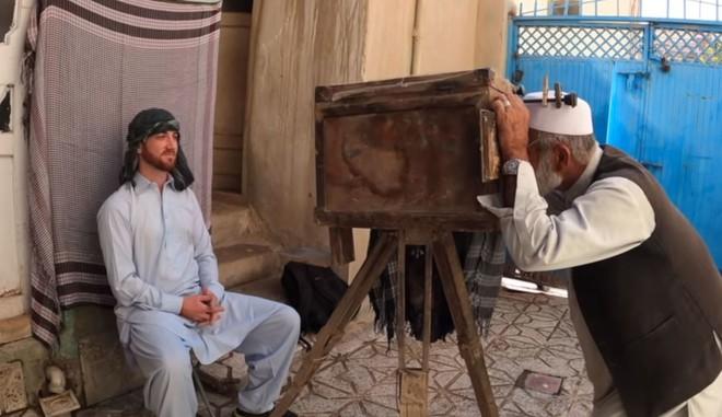 Đây là chiếc máy ảnh 100 năm tuổi của nhiếp ảnh gia chân dung người Afghanistan - Ảnh 1.