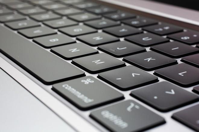 Bàn phím MacBook quá tệ, Apple bị sao Oscar chỉ trích ngay tại sự kiện - Ảnh 3.
