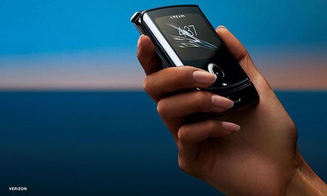 CNET nói Razr dễ hỏng sớm, Motorola ngay lập tức phản pháo bằng bài thử gập đúng với thực tế hơn - Ảnh 1.