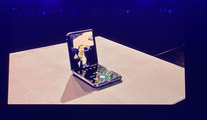 Galaxy Z Flip là chiếc smartphone đầu tiên sở hữu màn hình kính nhưng mà lại dẻo! - Ảnh 1.