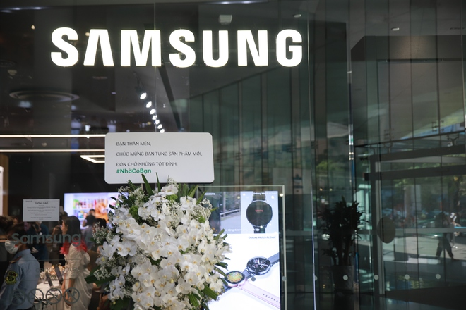 Oppo Việt Nam gửi hoa chúc mừng Samsung nhân dịp ra mắt Galaxy S20 - Ảnh 1.