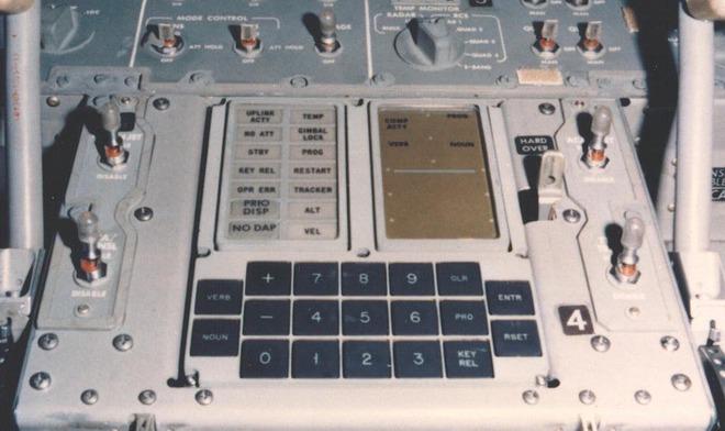Hóa ra, củ sạc mà chúng ta dùng hàng ngày còn mạnh hơn cả máy tính dẫn đường cho tàu Apollo 11 - Ảnh 1.