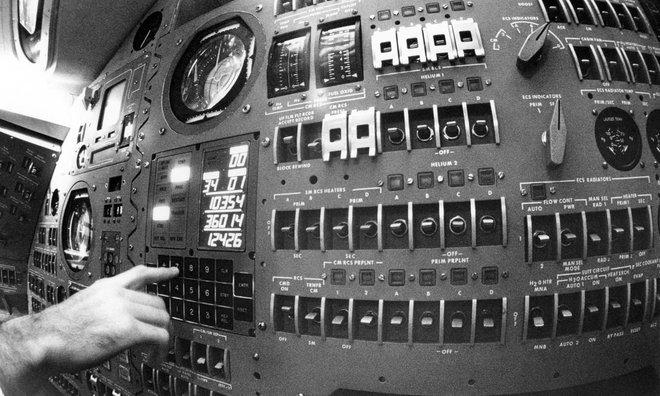 Hóa ra, củ sạc mà chúng ta dùng hàng ngày còn mạnh hơn cả máy tính dẫn đường cho tàu Apollo 11 - Ảnh 3.