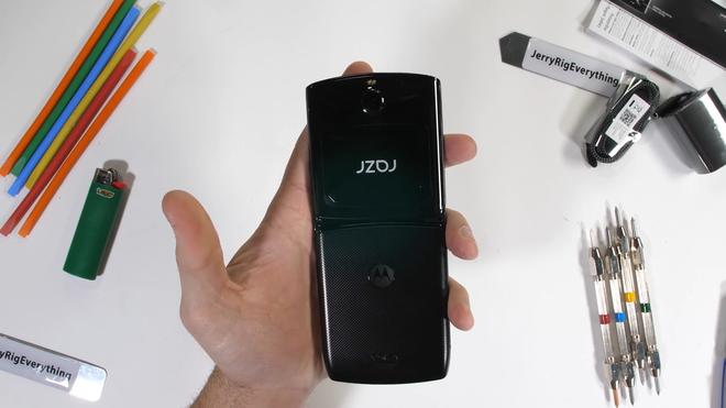 Tra tấn Moto RAZR 2019: Smartphone màn hình gập siêu mỏng manh - Ảnh 1.