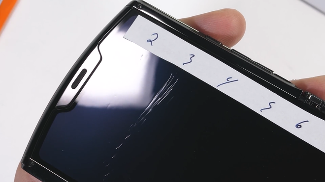 Tra tấn Moto RAZR 2019: Smartphone màn hình gập siêu mỏng manh - Ảnh 4.