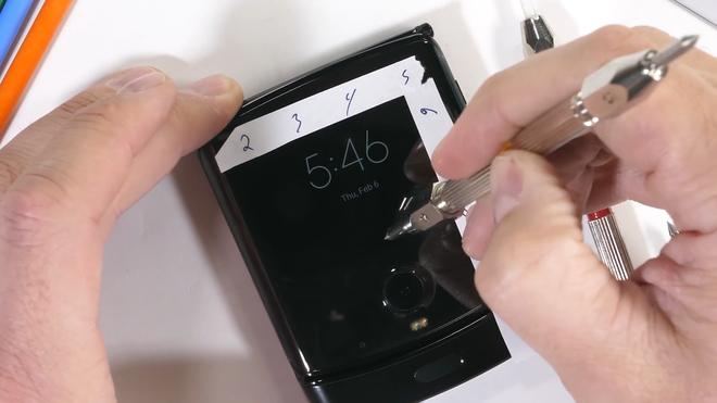 Tra tấn Moto RAZR 2019: Smartphone màn hình gập siêu mỏng manh - Ảnh 6.