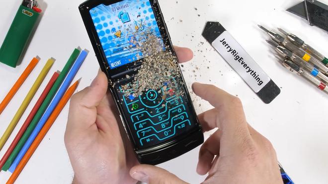 Tra tấn Moto RAZR 2019: Smartphone màn hình gập siêu mỏng manh - Ảnh 11.