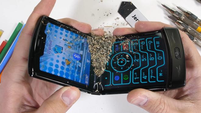 Tra tấn Moto RAZR 2019: Smartphone màn hình gập siêu mỏng manh - Ảnh 12.