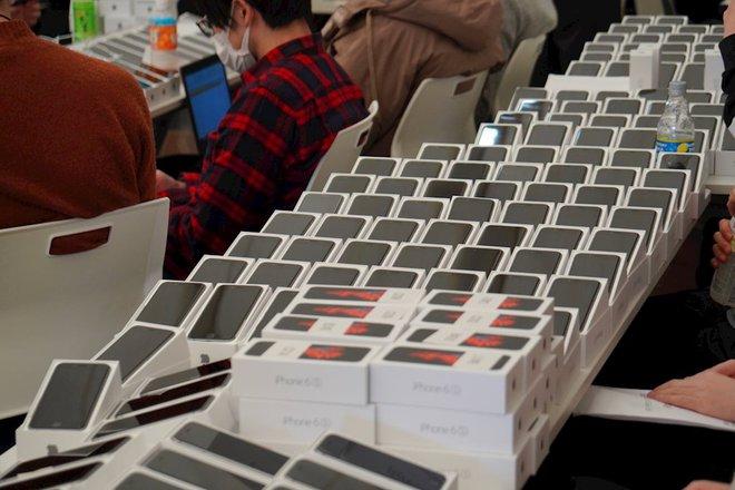 Nhật Bản phát gần 2.000 iPhone cho hành khách trên tàu bị cách ly vì Covid-19 - Ảnh 1.