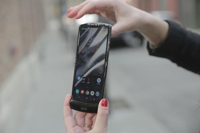 Thử nghiệm thả rơi Galaxy Z Flip và Motorola Razr: Đâu là chiếc smartphone mong manh nhất? - Ảnh 4.