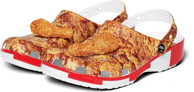 Cận cảnh đôi sục thời trang mới của KFC kết hợp với Crocs: Họa tiết gà rán quen thuộc, lại còn có 2 miếng đùi cực ngon mắt gắn ở trên.