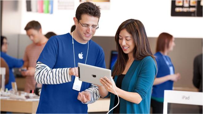 Trong quá trình kiểm tra đồ dùng cá nhân, nhân viên vẫn phải tuân theo toàn bộ chỉ định của Apple dù đã tan ca từ lâu.
