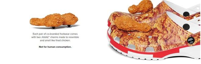 Trông thì có vẻ hấp dẫn đấy nhưng đây là 2 miếng gà giả thôi nhé, đừng vì đói quá mà gặm nhầm! Còn nếu sợ người khác soi mói thì bạn có thể tháo chúng ra và cất đi.