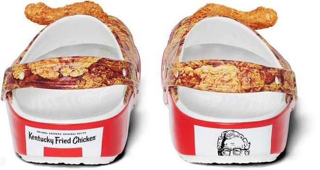 Logo của KFC cũng được in ở phía sau sục, với tone màu phần đế trùng khớp với tone màu thương hiệu của nhãn hàng đồ ăn nhanh này.